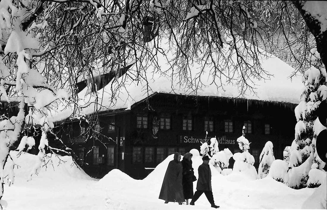 Todtmoos: Alter Schwarzwaldhof mit Personen, Bild 2