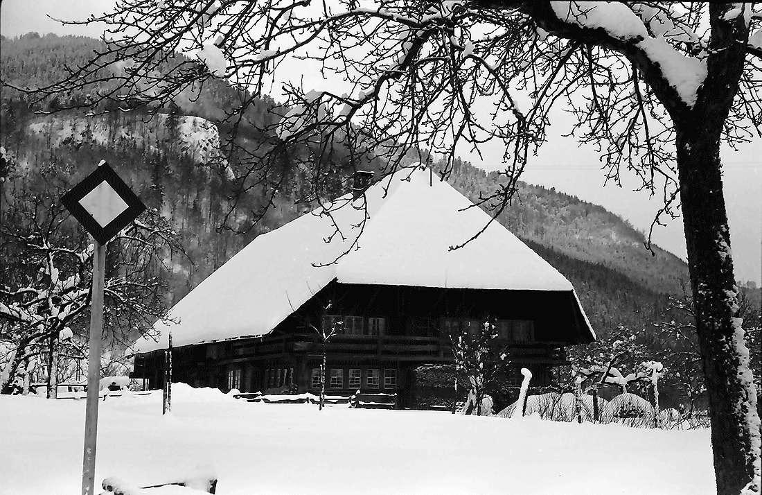 Geschwend: Bauernhaus im Schnee, Bild 1