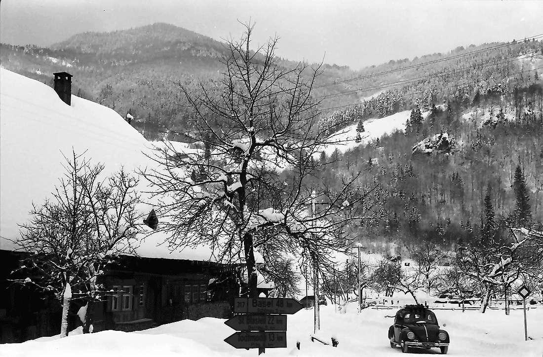 Geschwend: Bauernhaus im Schnee mit Straßenschildern und Autos, Bild 2