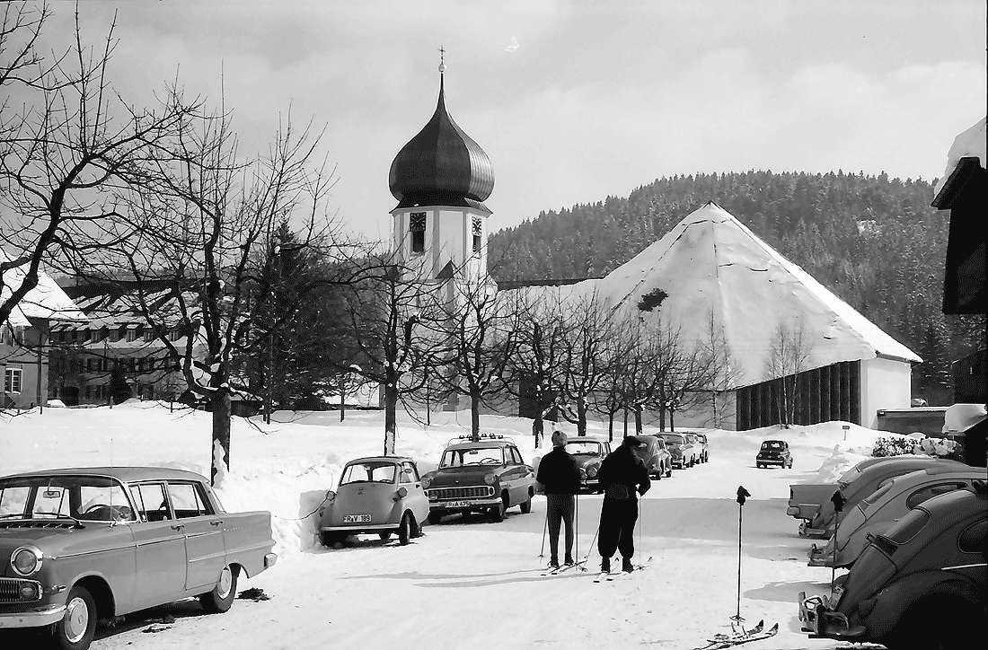 Hinterzarten: Ortsstraße mit umgebauter Kirche; vom Ibery aus; im Schnee, Bild 2