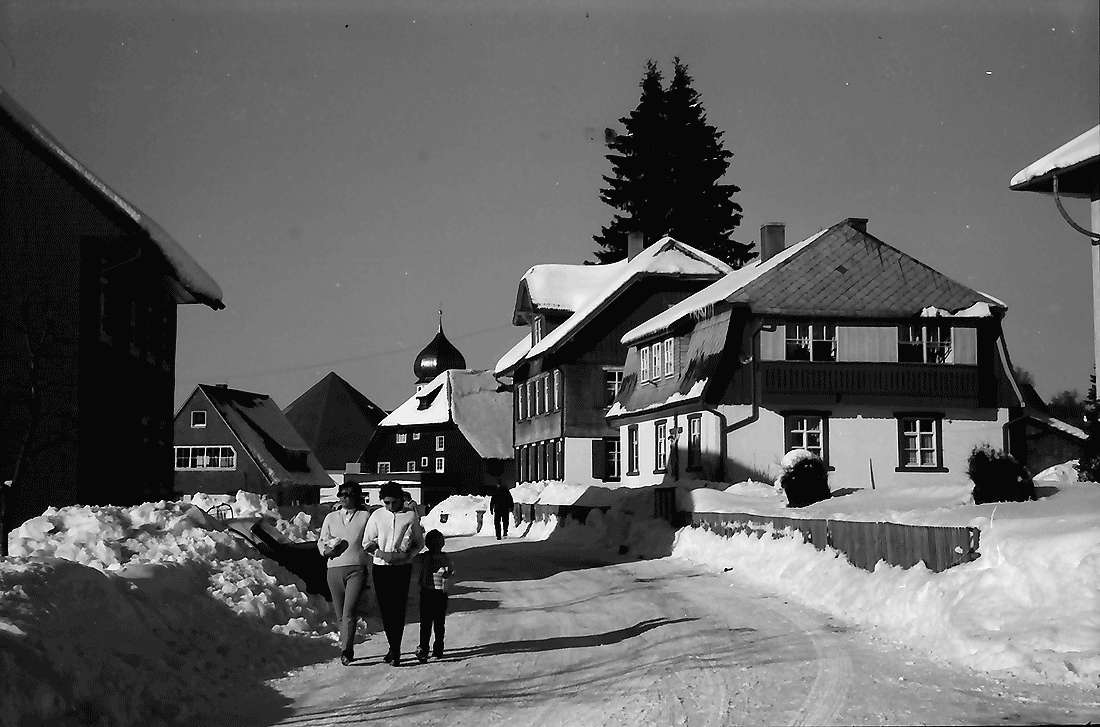Hinterzarten: Ortsstraße von der Kirche aus; gegen Süden; im Schnee, Bild 2