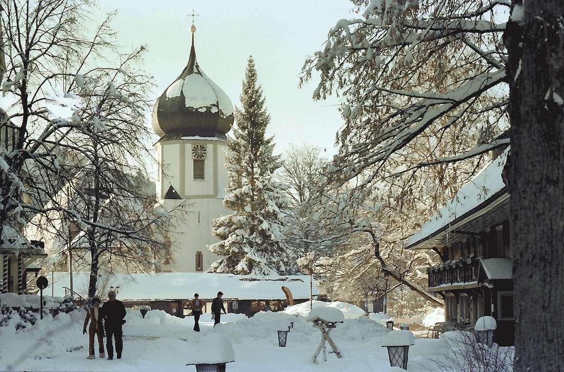 Hinterzarten: Platz vor dem Hotel Adler; mit Kirche; im Schnee, Bild 1