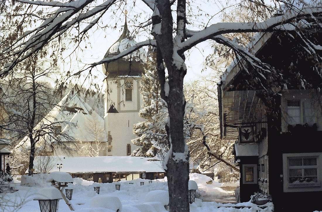 Hinterzarten: Platz vor dem Hotel Adler; mit Kirche; im Schnee, Bild 2