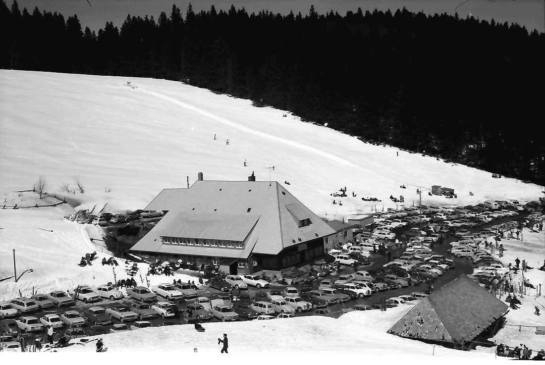 Oberried: Stollenbacher Hütte; an der Zufahrtsstraße; Parkplatz von oben, Bild 1