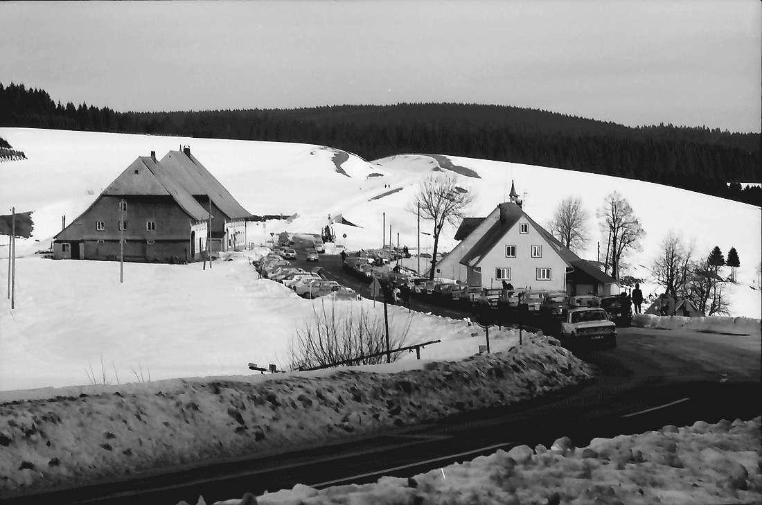 Kalte Herberge: Straße und Wirtshaus und Parkplatz, Bild 1