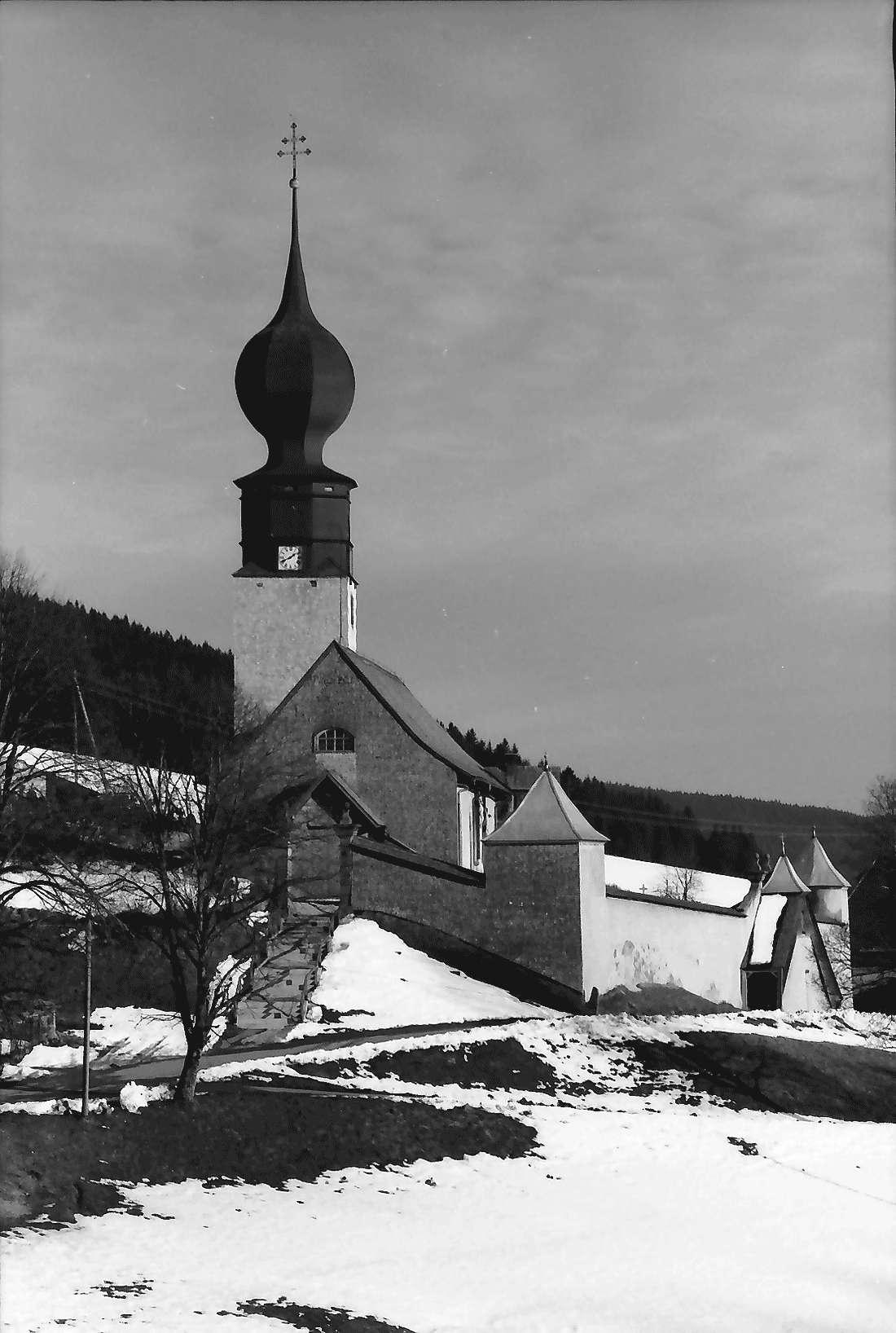 Urach: Kirche mit Umfriedung, Bild 1