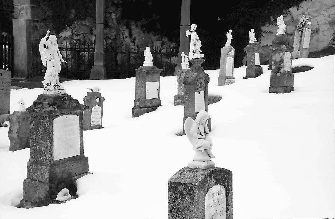 Urach: Kinderfriedhof und Putten im Schnee, Bild 1