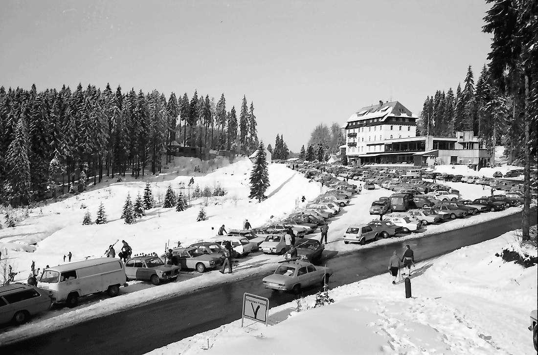 Notschrei: Hotel Notschrei; mit Wintersportlern, Bild 1