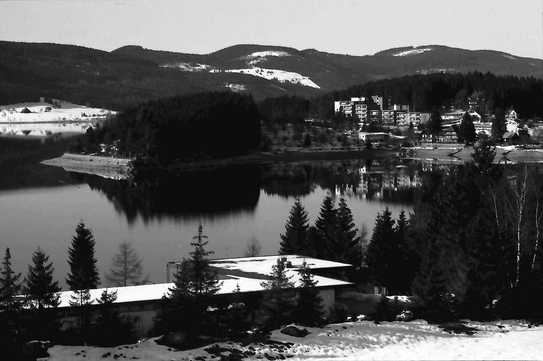 Schluchsee: Winterlicher Schluchsee; vom Wald oberhalb Strandbad, Bild 1