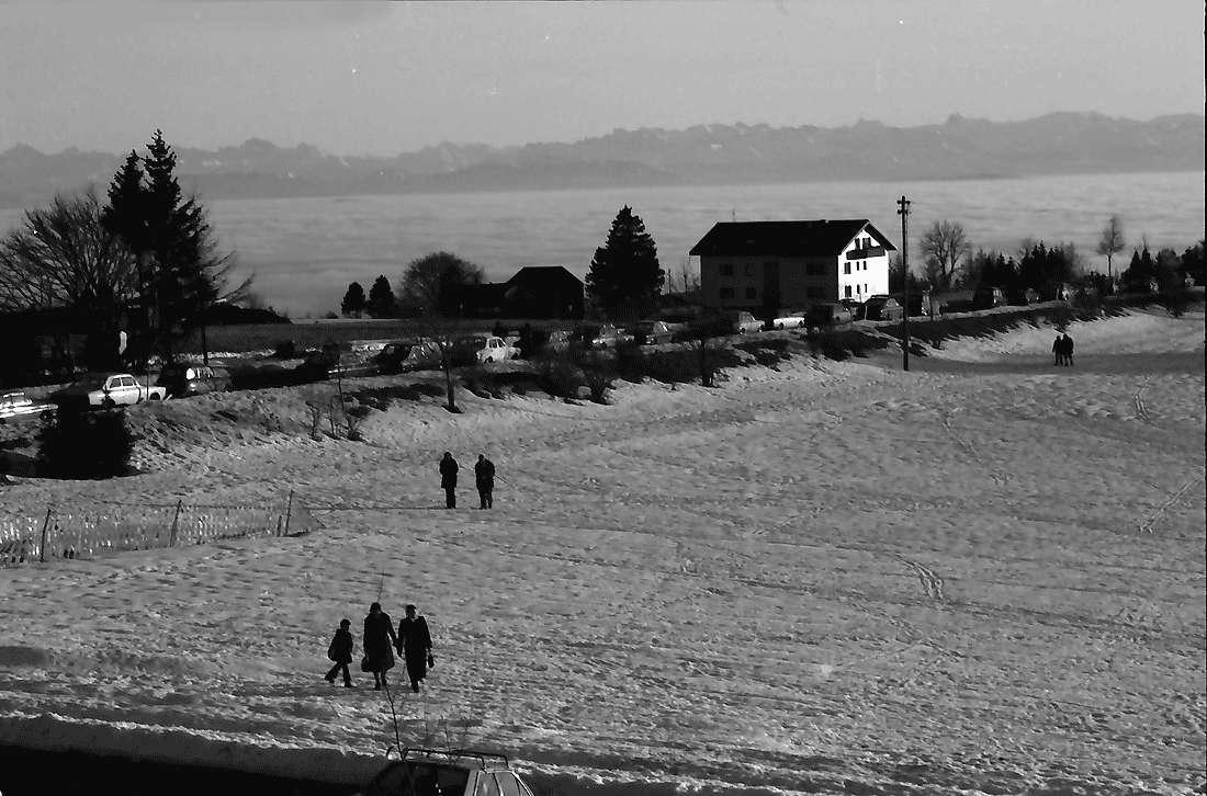 Höchenschwand: Von der Sonnenterrasse über den Ort auf das Nebelmeer mit Alpensicht; Ost, Bild 1