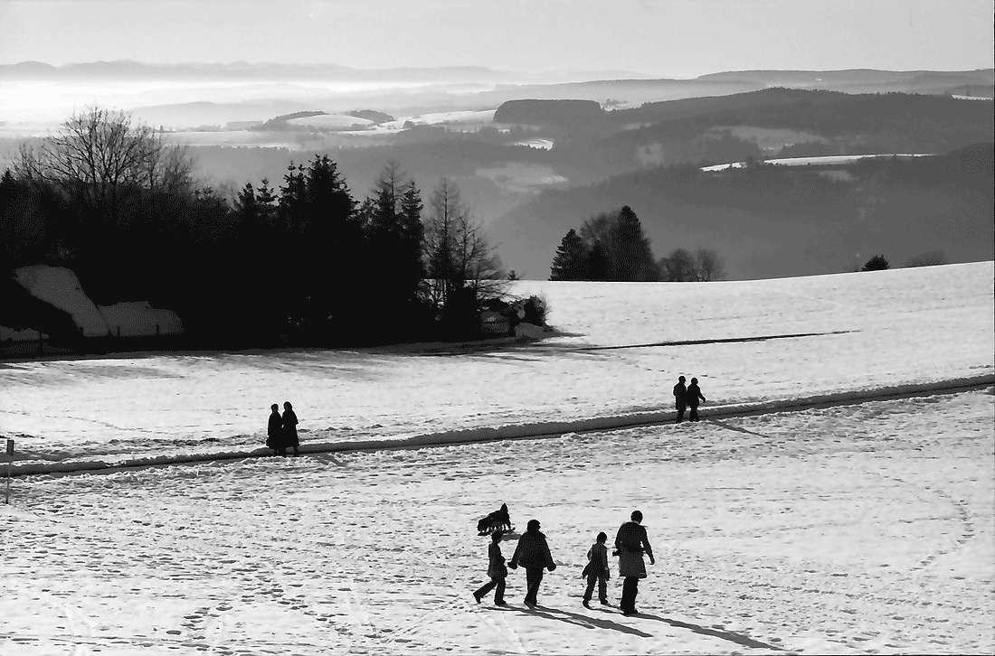 Höchenschwand: Von der Sonnenterrasse über den Ort auf das Nebelmeer mit Alpensicht; Vordergrund Schneefeld, West, Bild 1