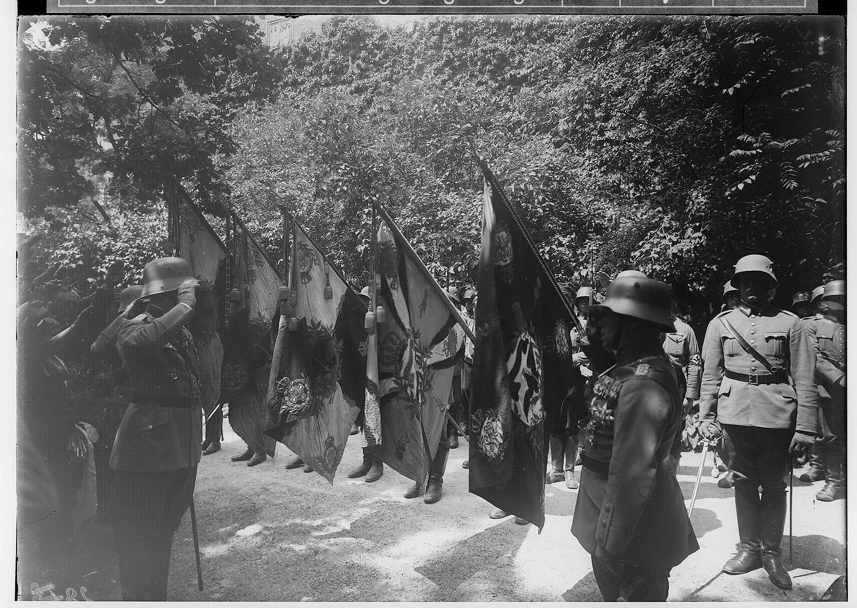 Füsilier-Regiment 40 - Appell im Prinzengarten; Meldung vor fünf Fahnenträgern durch den Bataillonskommandeur II des Infanterieregiments 14, Oberstleutnant Erich Tschunke, an Fürst Friedrich von Hohenzollern, Bild 1