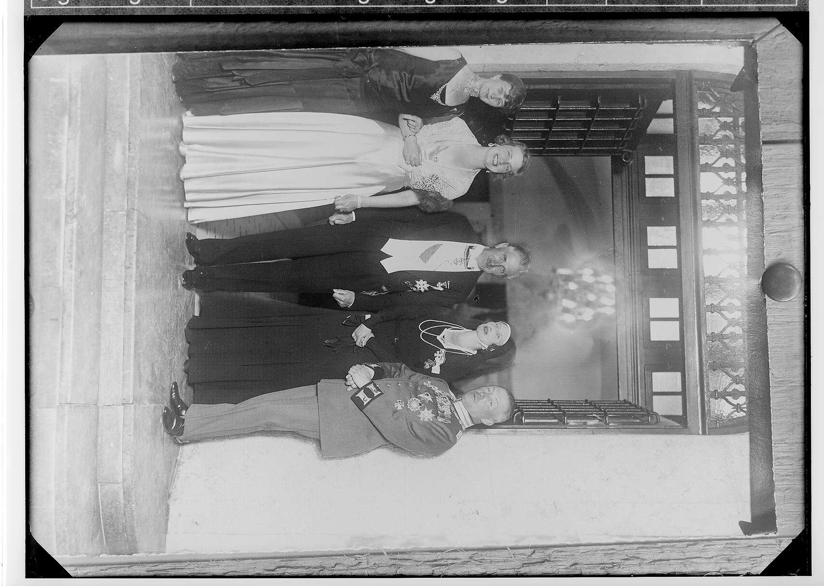 Besuch des ehemaligen Reichskanzlers und Vizekanzlers Franz von Papen in Sigmaringen anlässlich des Geburtstags des Fürsten Friedrich von Hohenzollern, 30. August 1933; von links nach rechts: 1. Frau von Papen; 2. Fürstin Margarete; 3. Franz von Papen; 4. Königin Auguste Viktoria von Portugal; 5. Fürst Friedrich Viktor, Bild 1