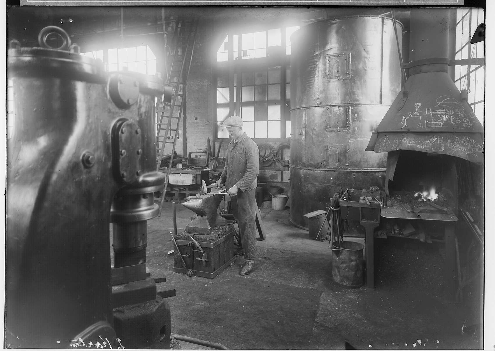 Reichsjugendwettkämpfe - Nettal(?)-Wettkämpfe 1934; Junger Mann beim Schmieden in einer Werkshalle Laucherthal, Bild 1