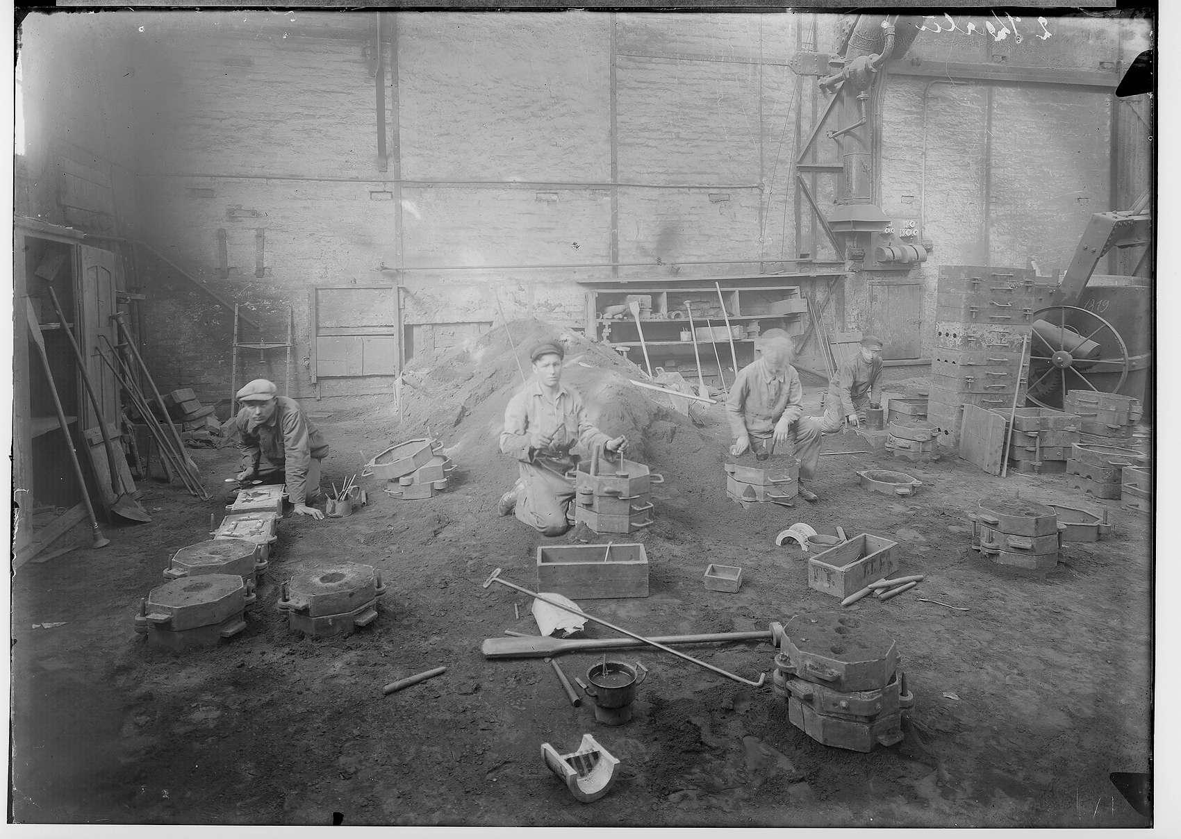 Reichsjugendwettkämpfe - Nettal(?)-Wettkämpfe 1934; Vier junge Männer beim Herstellen von Gußformen in einer Werkshalle Laucherthal, Bild 1