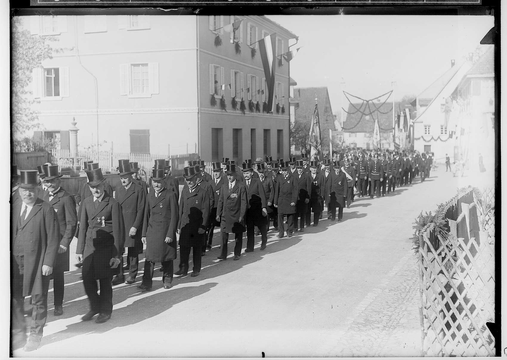 Primizfeier Burth, Krauchenwies; Prozession, im Mittelpunkt ordensdekorierte Männer mit Zylinder, Bild 1