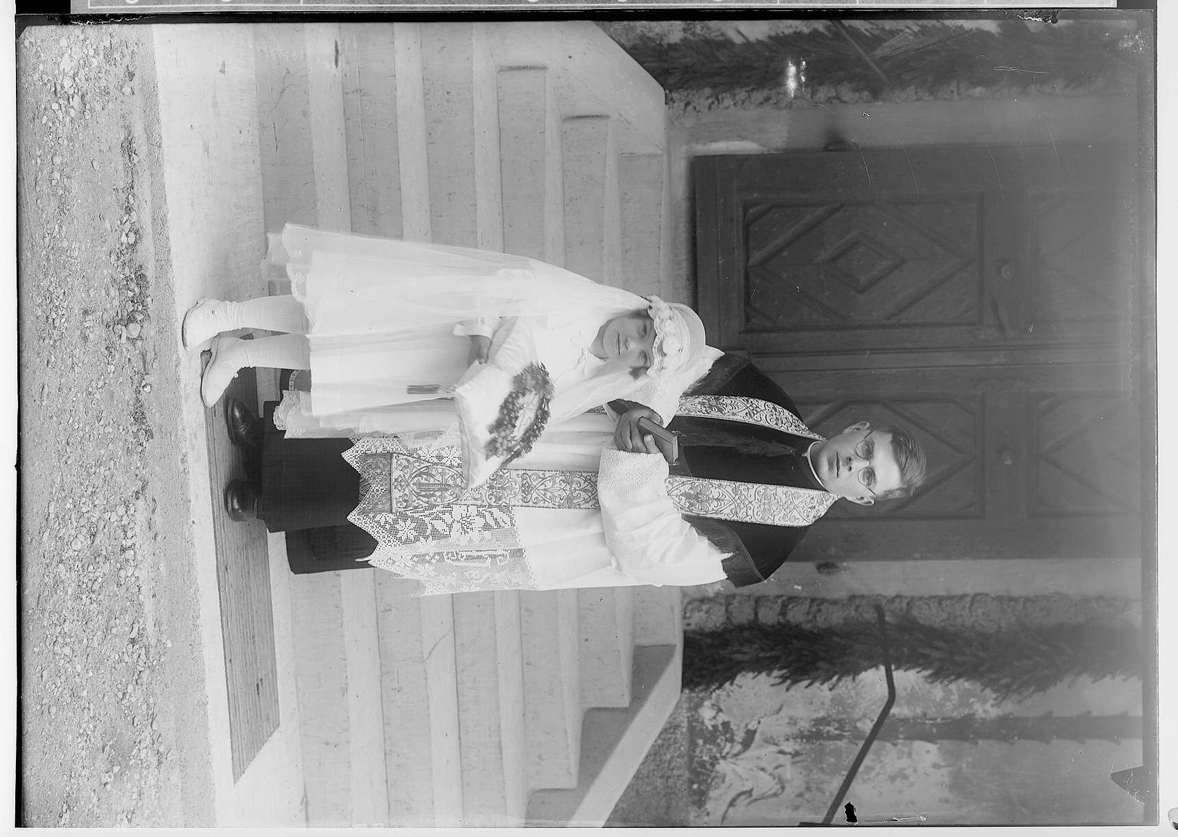 Primizfeier Burth, Krauchenwies; Priester mit Primizbräutchen vor dem Kircheneingang, Bild 1