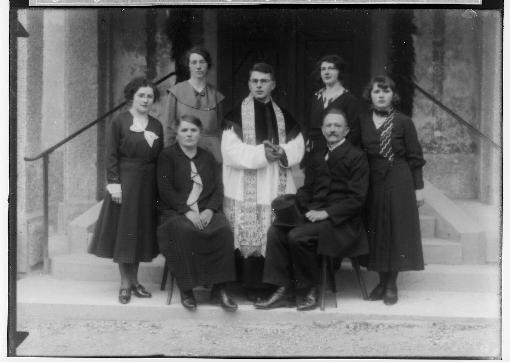 Primizfeier Burth, Krauchenwies; Geistlicher mit Familie vor dem Kircheneingang, Bild 1