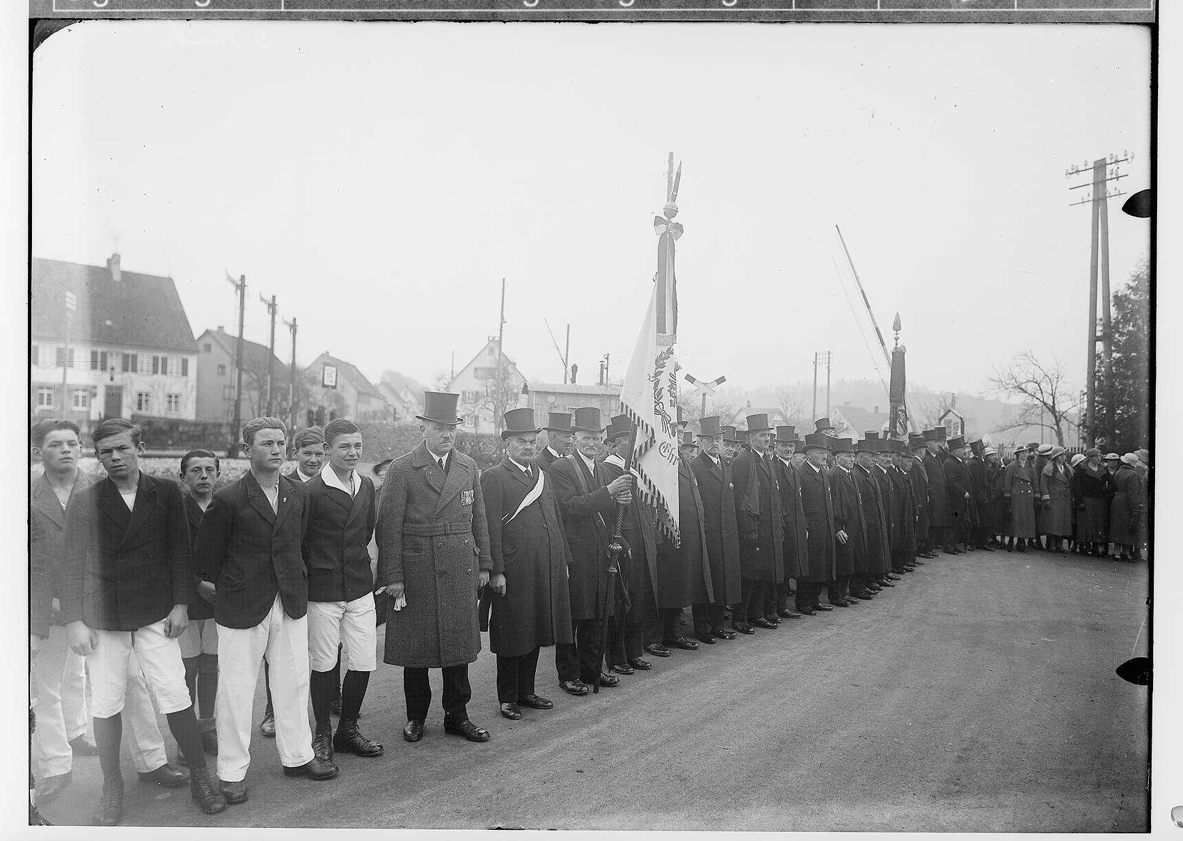 Primizfeier Ruf-Eisele in Sigmaringendorf 1936; Zuschauer in der Hauptstraße; Blick in Richtung Bahnübergang, Bild 1