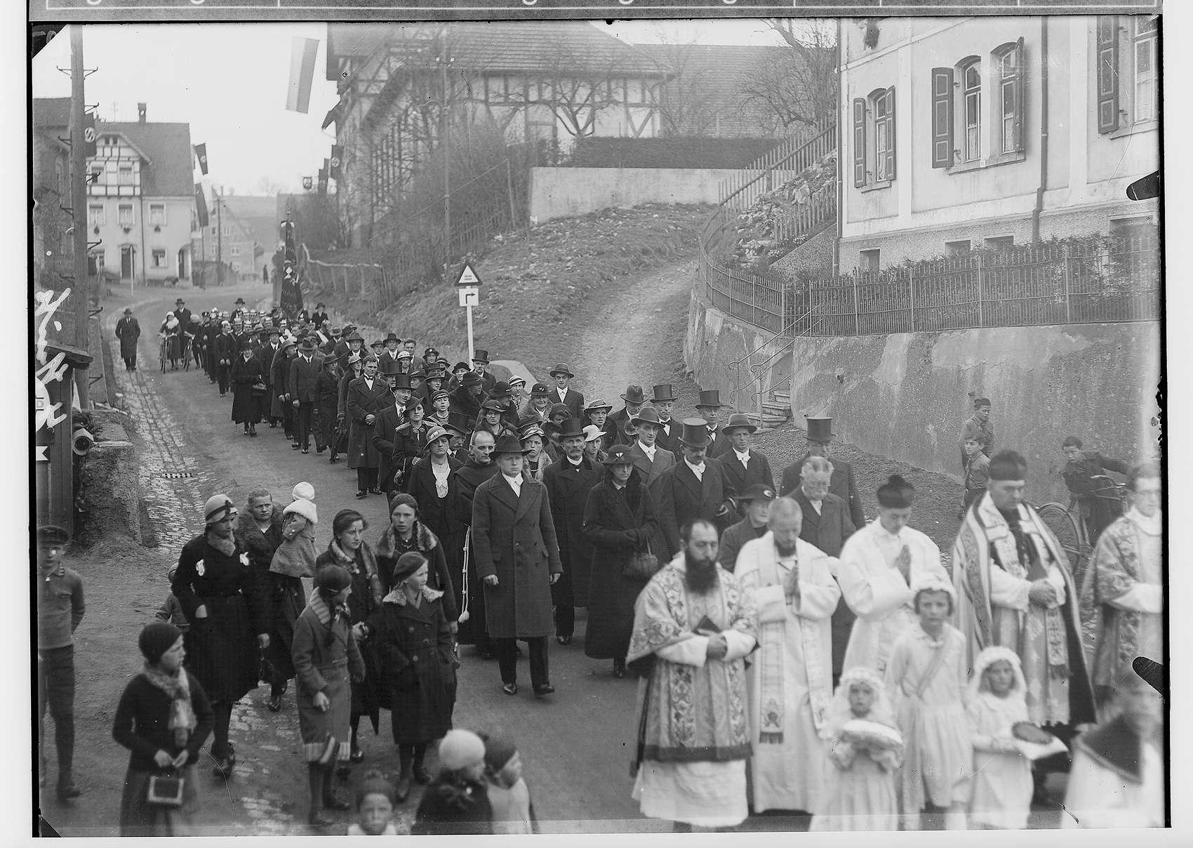 Primizfeier Ruf-Eisele in Sigmaringendorf 1936; Prozession in der Hauptstraße; im Vordergrund Geistlichkeit mit Neupriester und Primizbräutchen, Bild 1