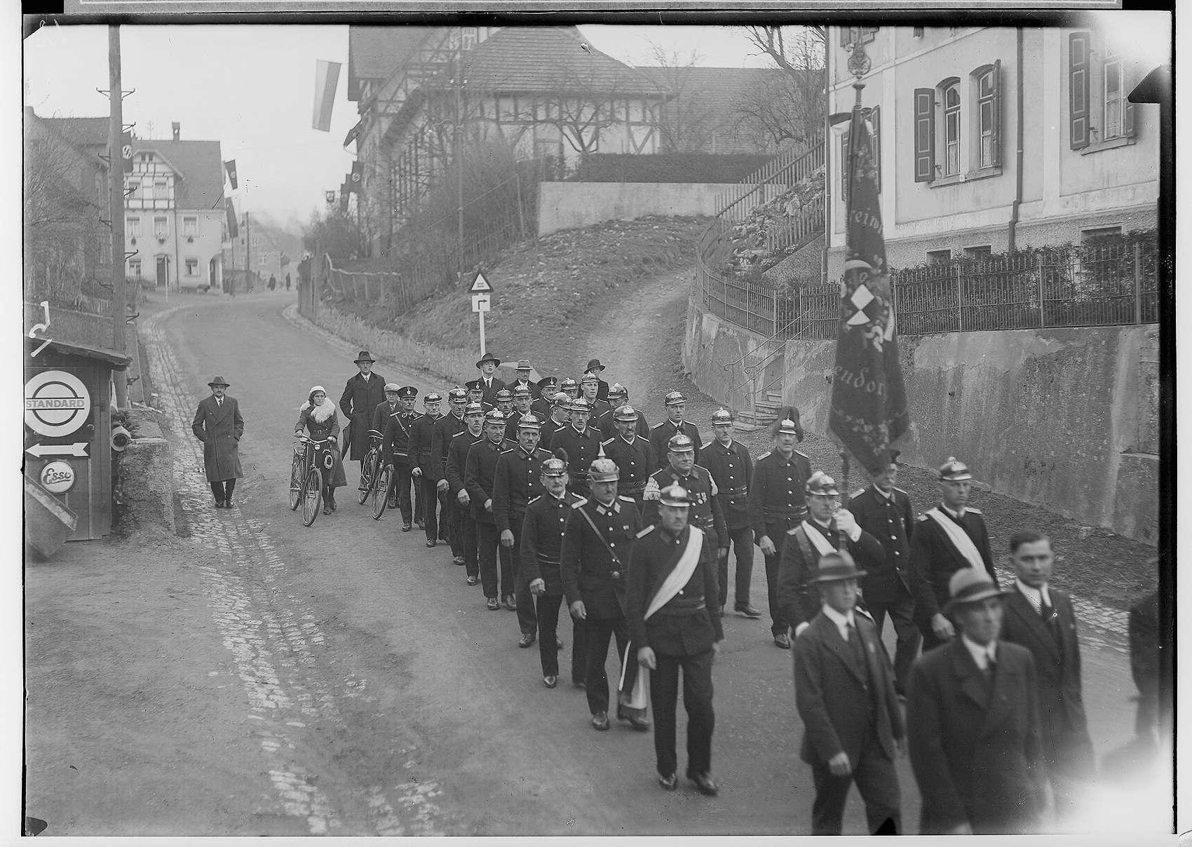 Primizfeier Ruf-Eisele in Sigmaringendorf 1936; Prozession in der Hauptstraße; Schluß der Prozession mit der Freiwilligen Feuerwehr Sigmaringendorf, Bild 1
