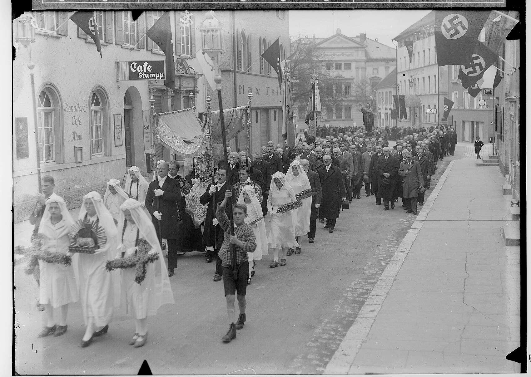 Fidelisfest in Sigmaringen 1936; Prozession in der Antonstraße, am linken Bildrand Cafe Stumpp, im Hintergrund Prinzenpalais; im Mittelpunkt Monstranz, Bild 1