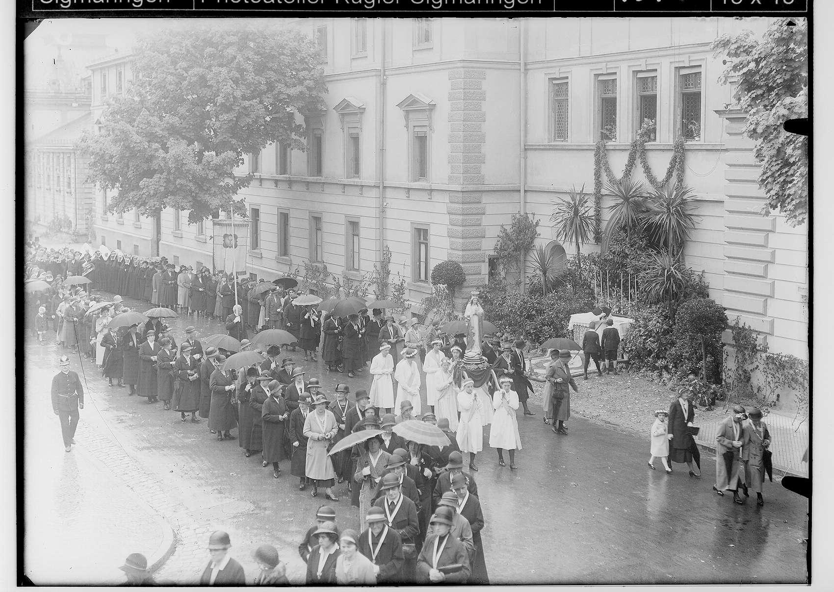 Fronleichnamsprozession in Sigmaringen 1932; Prozession in der Karlstraße vor dem Prinzenbau; im Mittelpunkt Marienstatue von vier Frauen auf Schultern getragen, Bild 1