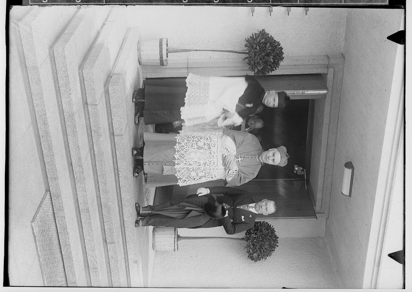 Einweihung des Erzbischöflichen Studienheims St. Fidelis; von links nach rechts: 2. Erzbischof Conrad Gröber; 3. Fürst Friedrich Viktor von Hohenzollern, Bild 1