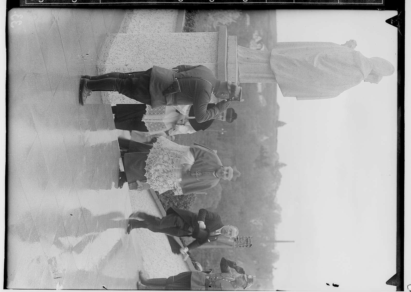 Einweihung des Erzbischöflichen Studienheims St. Fidelis; Erzbischof Conrad Gröber und Fürst Friedrich von Hohenzollern beim Treppenaufgang, zwei Polizisten grüßend, Bild 1