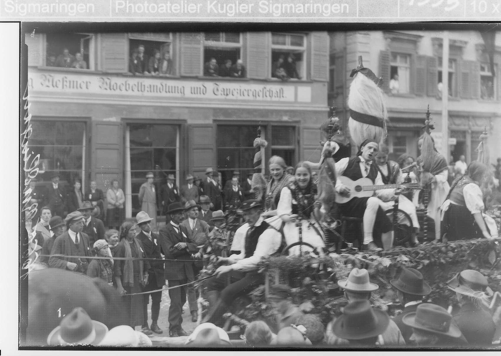 Erntedankfest Riedlingen; Umzugswagen mit Musikanten; im Hintergrund Möbelhandlung und Tapeziergeschäft Meßmer, Bild 1