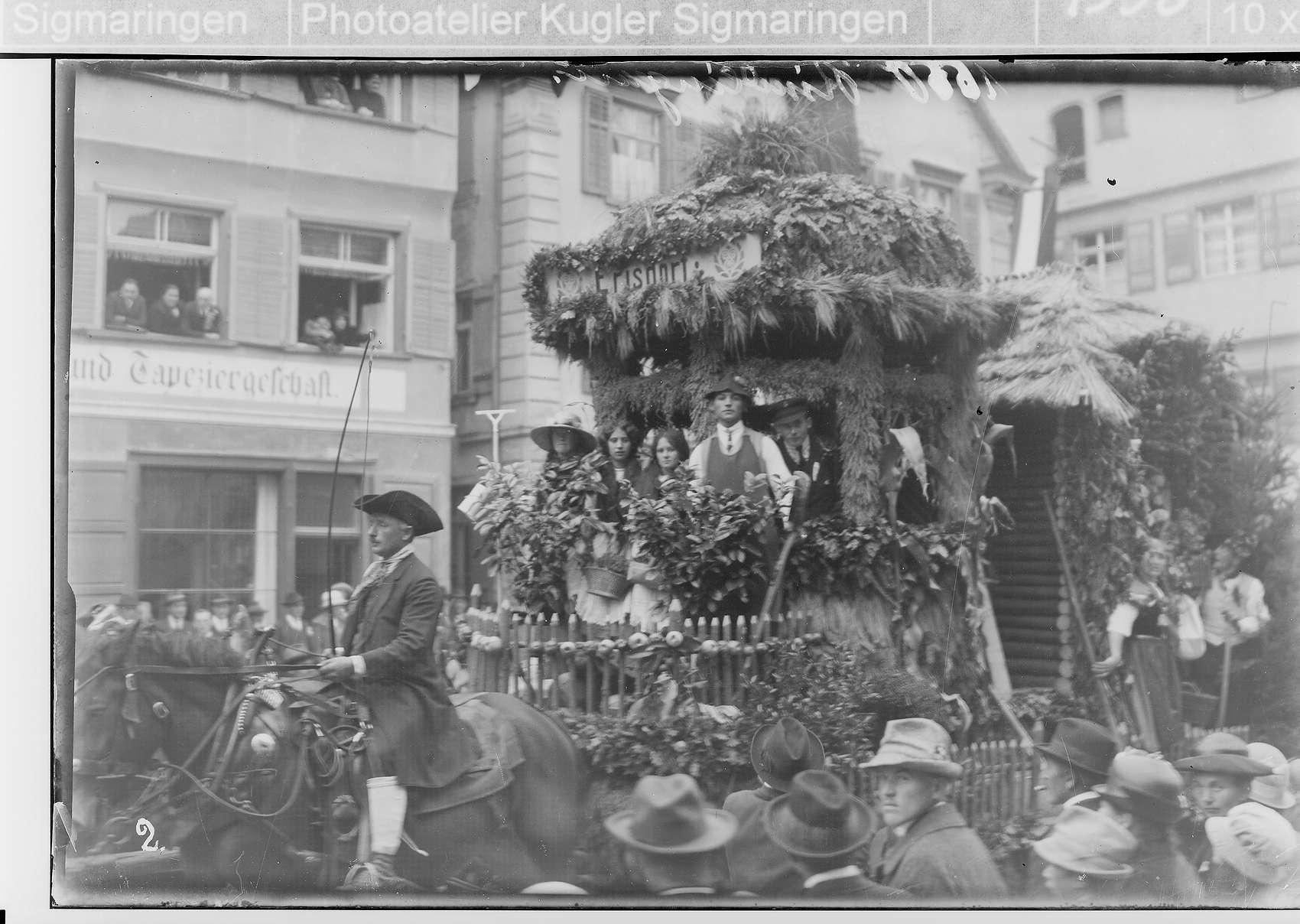 Erntedankfest Riedlingen; Umzugswagen; im Hintergrund Möbelhandlung und Tapeziergeschäft Meßmer, Bild 1