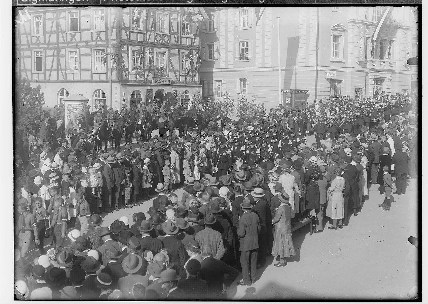 Erntedankfest in Sigmaringen 1933; Festumzug vor dem Hotel Bären und dem Hoftheater/Lichtspiele; Hüttenkapelle Laucherthal, Bild 1