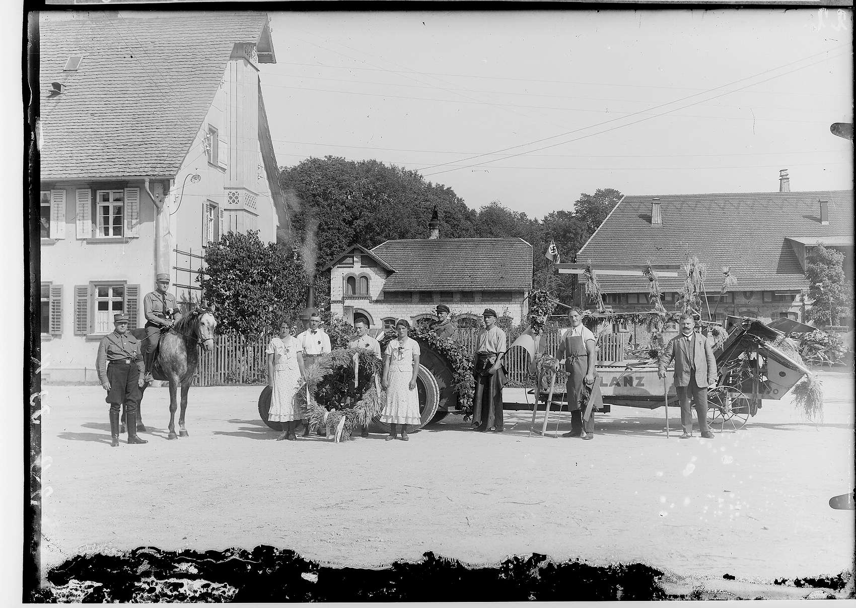 Erntedankfest in Sigmaringen 1933; Bauern vor Traktor mit Mähmaschine im Bauhof, Bild 1
