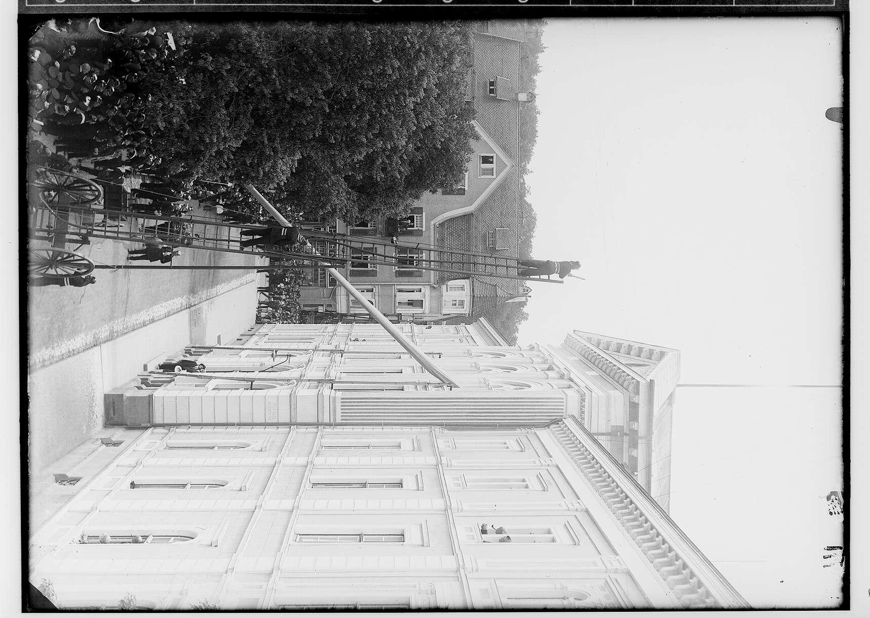 70jähriges Gründungsjubiläum der Freiwilligen Feuerwehr 1930; Übung mit Leitern am Leopoldsplatz beim Gebäude der Landesbank; Blick in Richtung Haus Leopoldsplatz 4, Bild 1