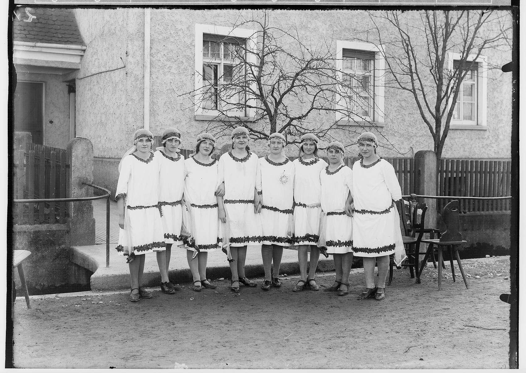 Fasnacht Krauchenwies 1928; Acht verkleidete Frauen, Bild 1