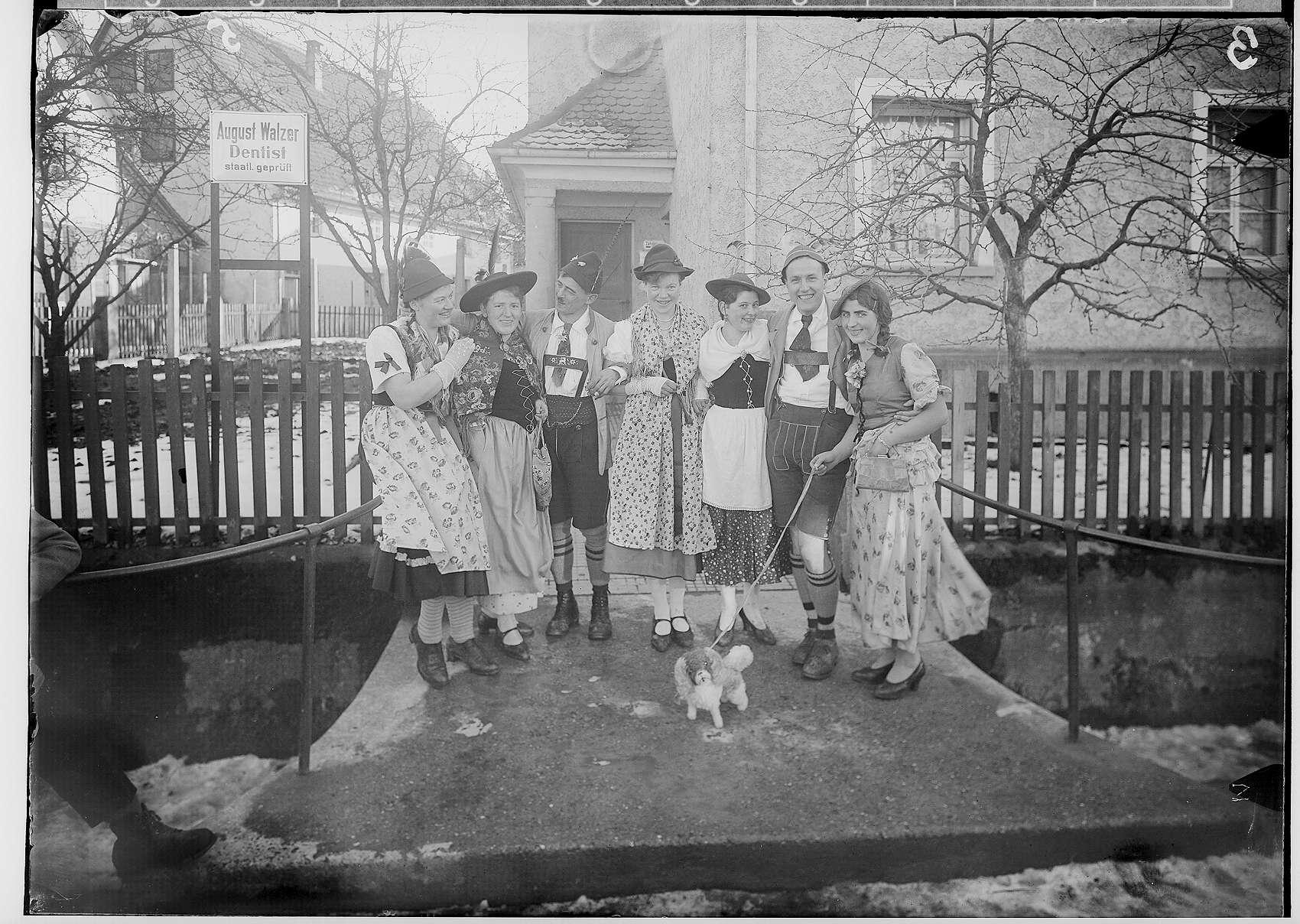 Fasnacht Krauchenwies 1934; Sieben Narren vor dem Haus des Dentisten August Walzer, Bild 1