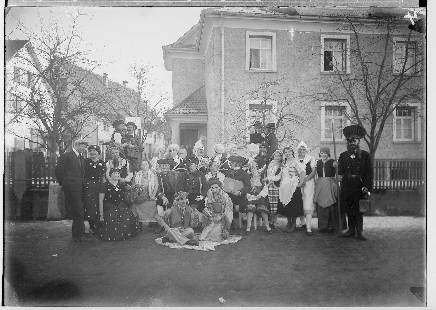 Fasnacht Krauchenwies 1934; Gruppenbild: Narren vor dem Haus des Dentisten August Walzer, Bild 1