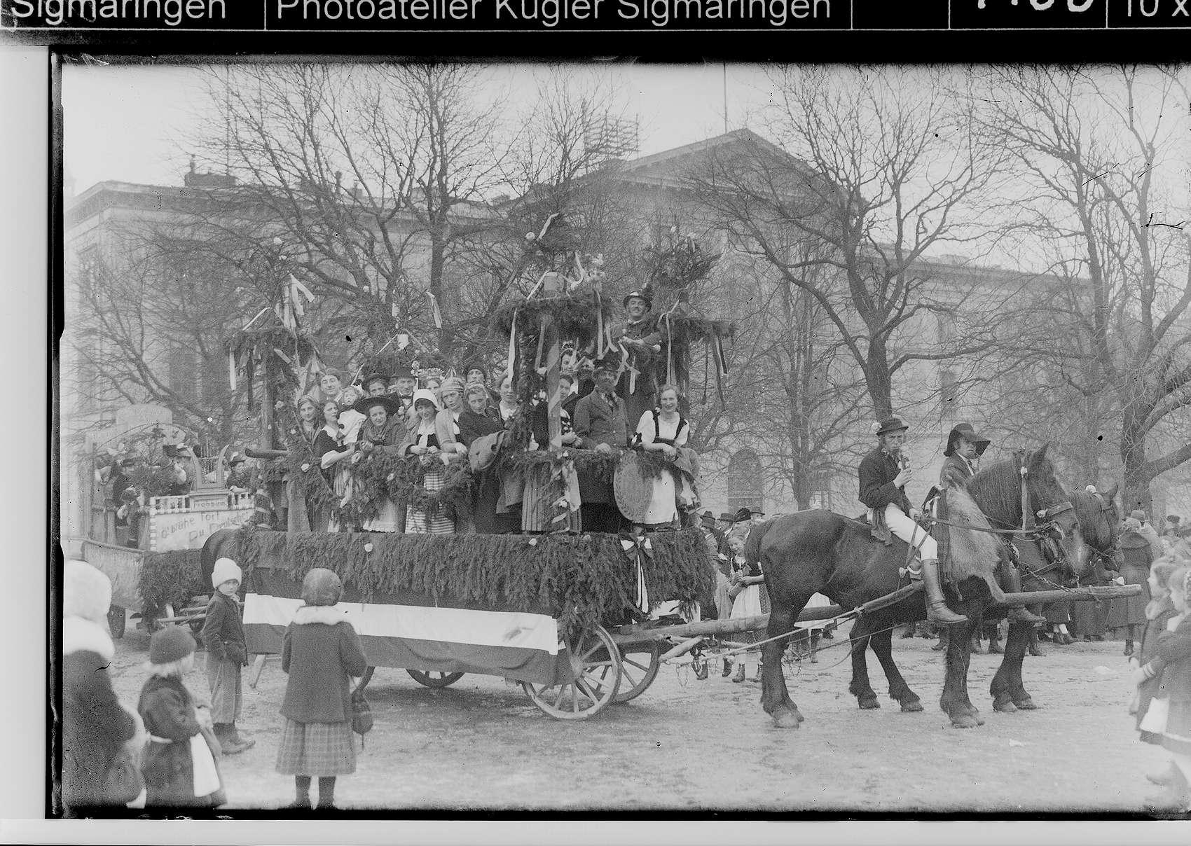 Fasnacht Sigmaringen; Umzugswagen vor der Landesbank auf dem Leopoldsplatz, Bild 1