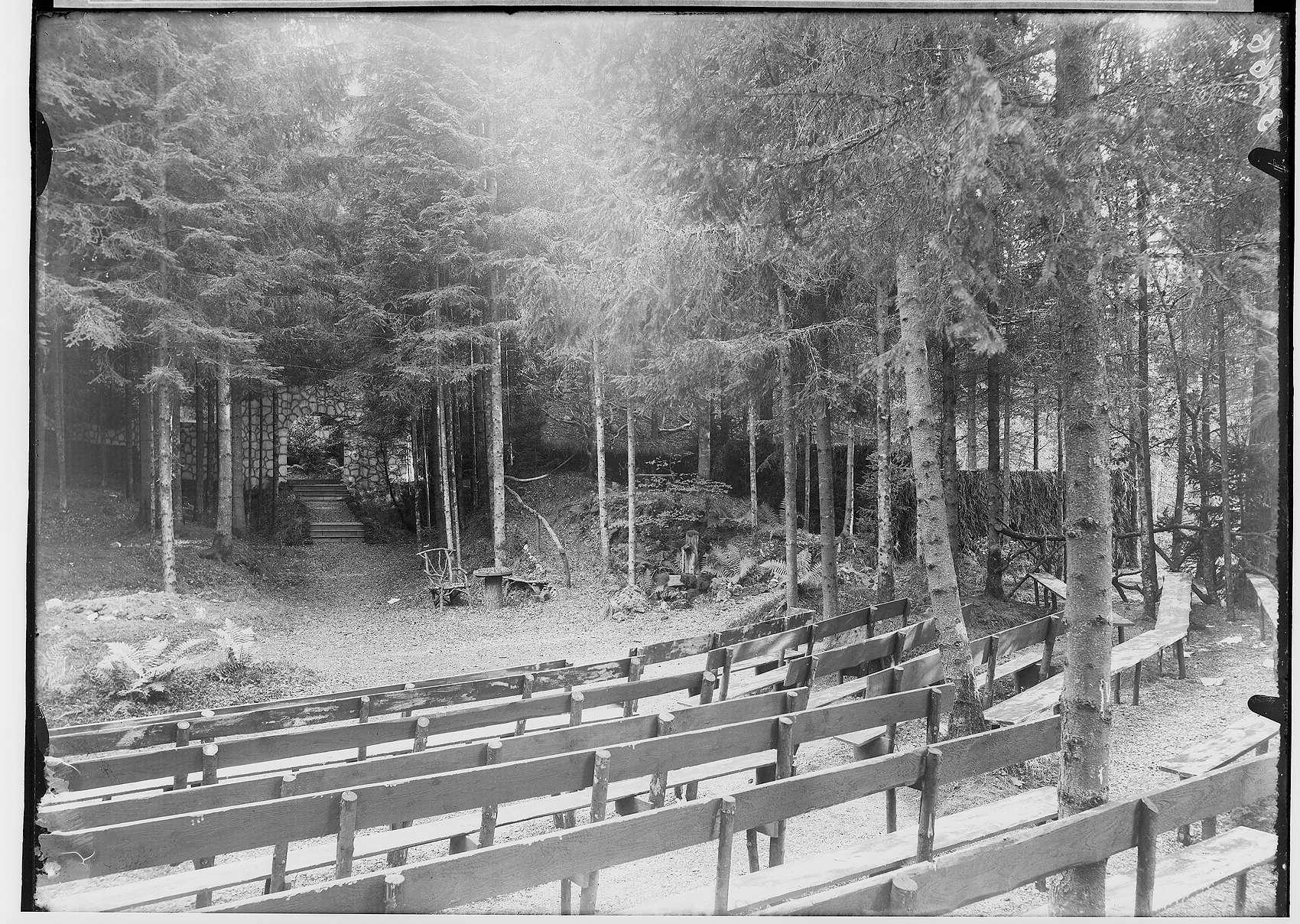 Waldbühne Sigmaringendorf - Der arme Heinrich (Gerhard Hauptmann); Blick auf die Bühne; im Vordergrund Sitzreihen der Zuschauer; 1. Bühnenbild, Bild 1