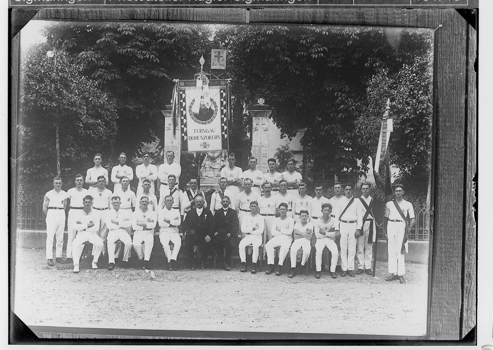 25jähriges Stiftungsjubiläum des Turn- und Sportvereins Steinhilben; Männergruppe vor dem Kriegerdenkmal; Fahne des Turngaus Hohenzollern, Bild 1