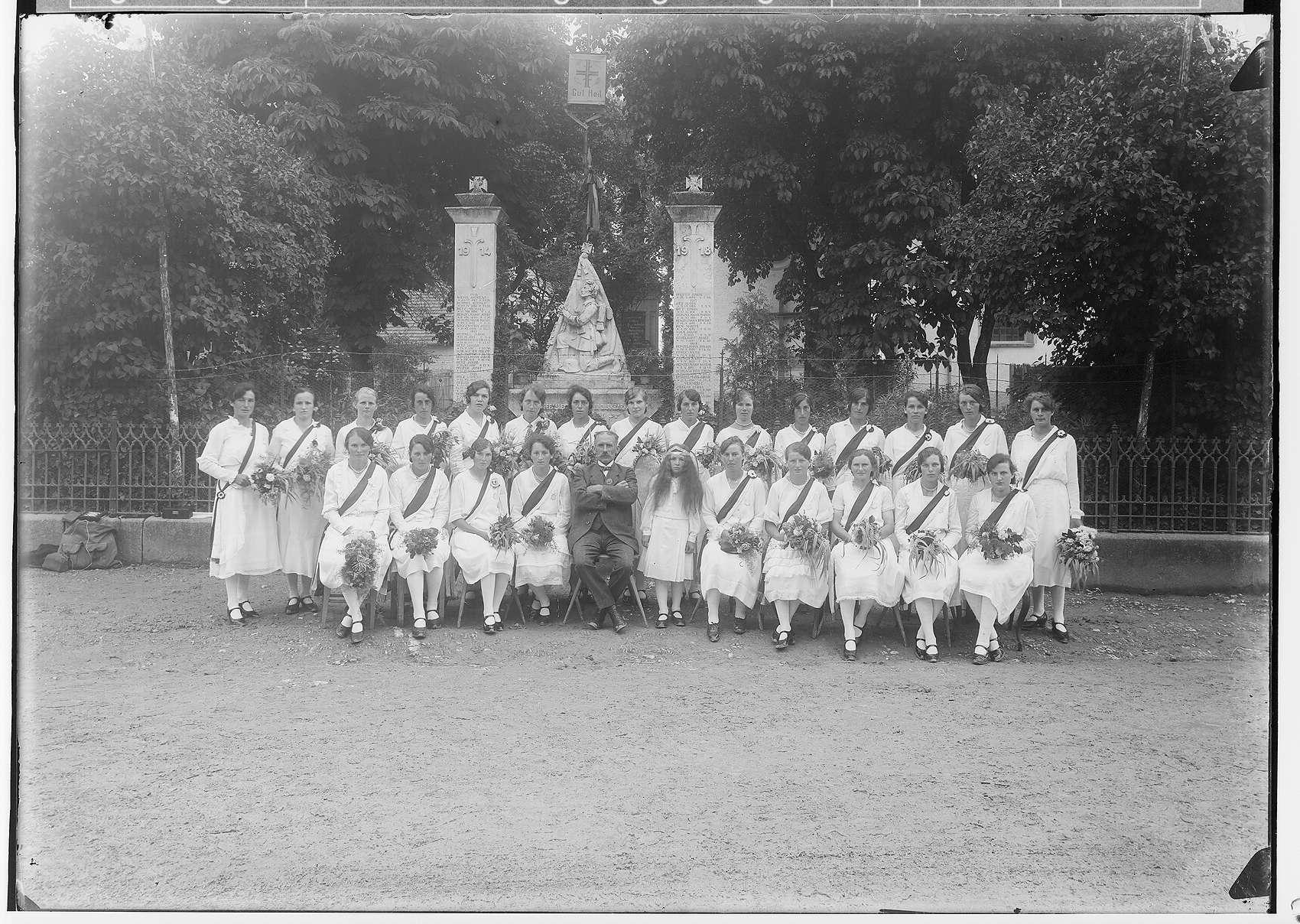 25jähriges Stiftungsjubiläum des Turn- und Sportvereins Steinhilben; Frauengruppe vor dem Kriegerdenkmal, Bild 1