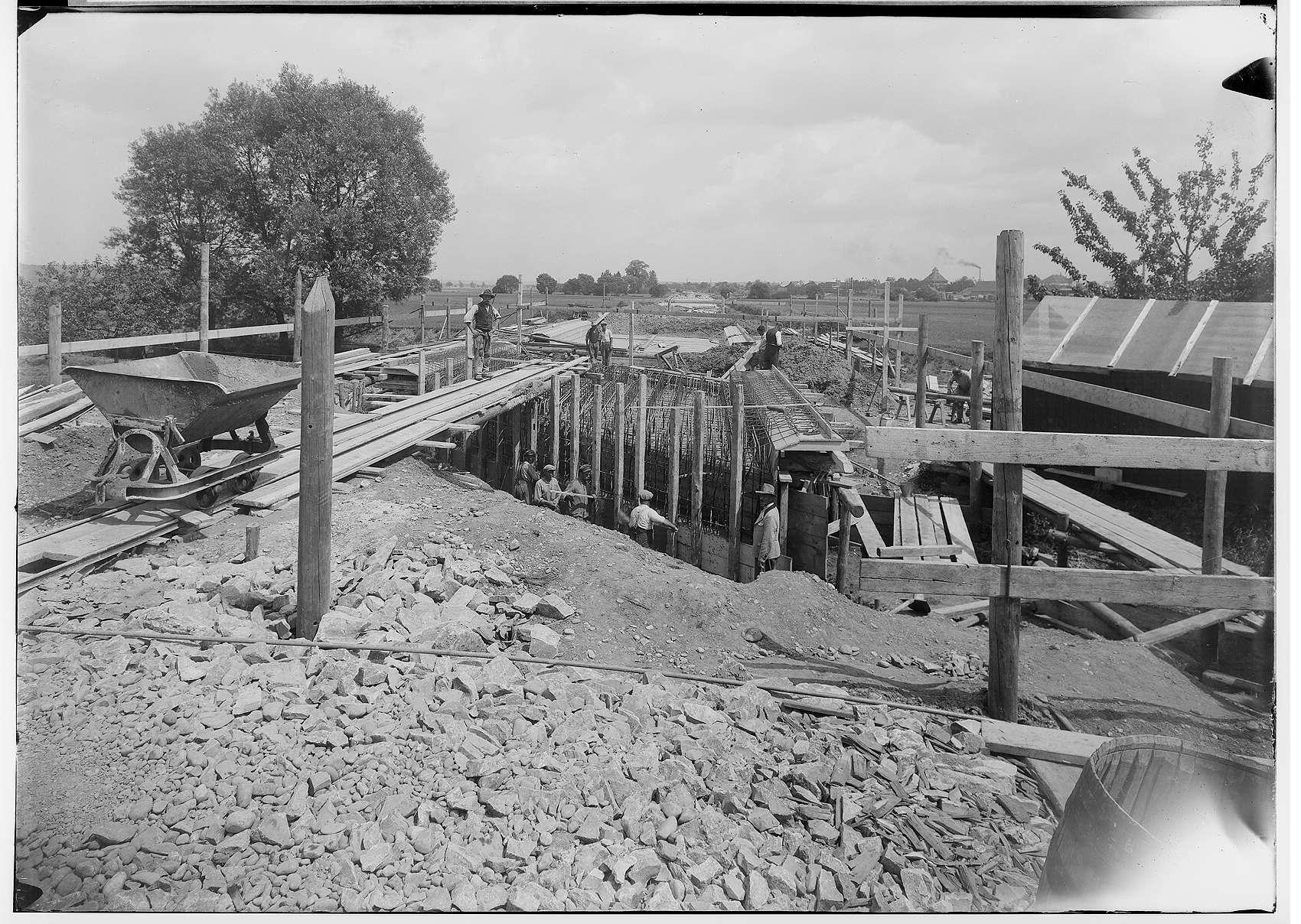 Bauarbeiten der Firma Deutschmann an der Reichsstraße 32 bei Ennetach und Mengen 1935; Verschalung für eine Brücke, Bild 1