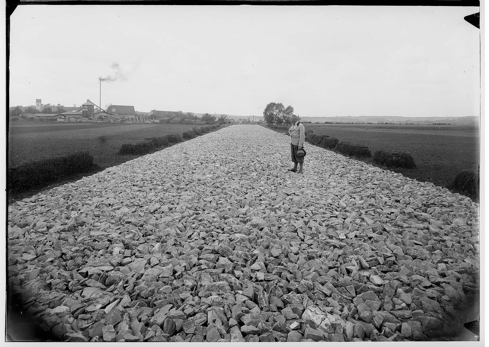 Bauarbeiten der Firma Deutschmann an der Reichsstraße 32 bei Ennetach und Mengen 1935; Verschalung für eine Brücke über einen Bach; Im Hintergrund Sägewerk Löw - Ennetach, Bild 1