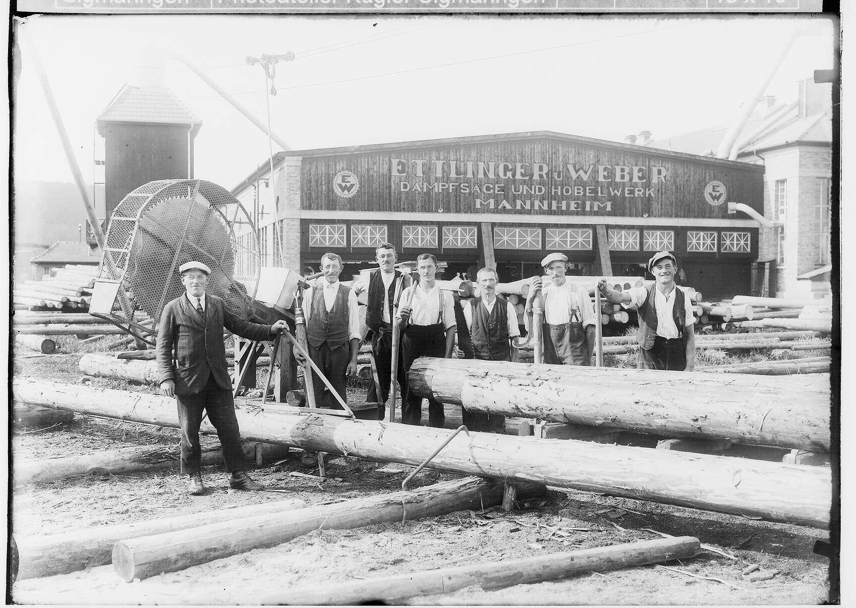 Sägewerk Ettlinger & Weber in Krauchenwies; Sieben Arbeiter mit unterschiedlichen Arbeitsgeräten vor dem Sägewerk, Bild 1