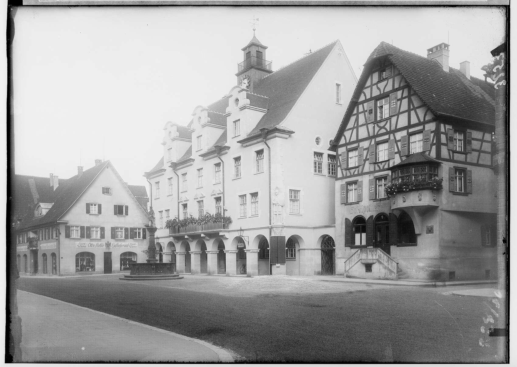 Rathausplatz Sigmaringen mit Haus Hoflieferant Otto Stehle, Rathaus, Rathausbrunnen, Hofapotheke, Bild 1