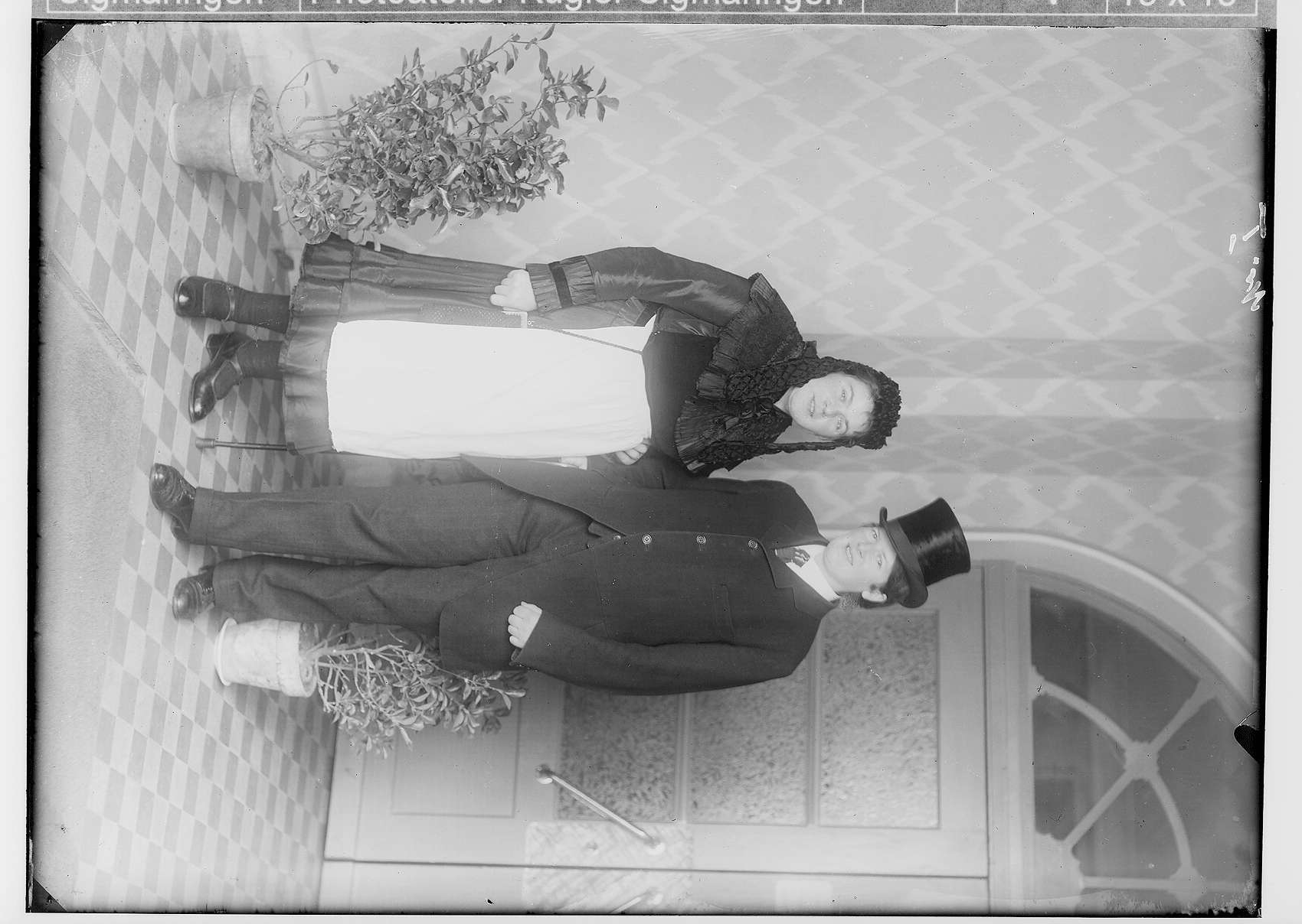 Haushaltungsschule in Gammertingen 1931; Alter Haupteingang zum Kreisaltersheim; kostümiertes Paar, Bild 1
