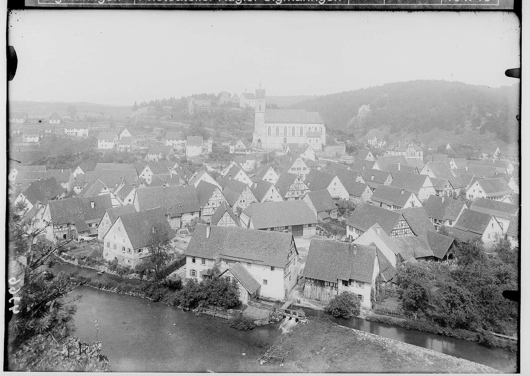 Ansicht von Veringenstadt, von Süden aufgenommen; im Hintergrund Burg mit Peterskapelle; im Vordergrund Getreidemühle Schmid, Bild 1
