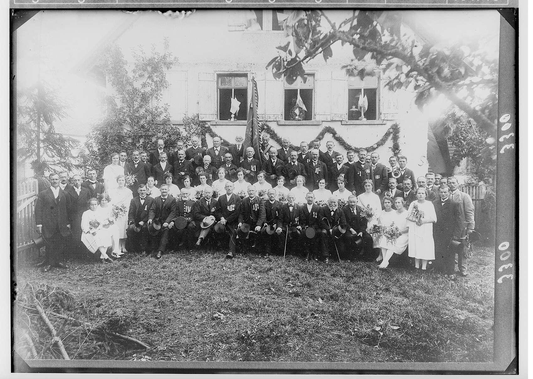 Kriegerverein aus Veringenstadt oder Veringendorf; in der ersten Reihe mit hellem Hut Direktor Anton Bumiller, Bild 1