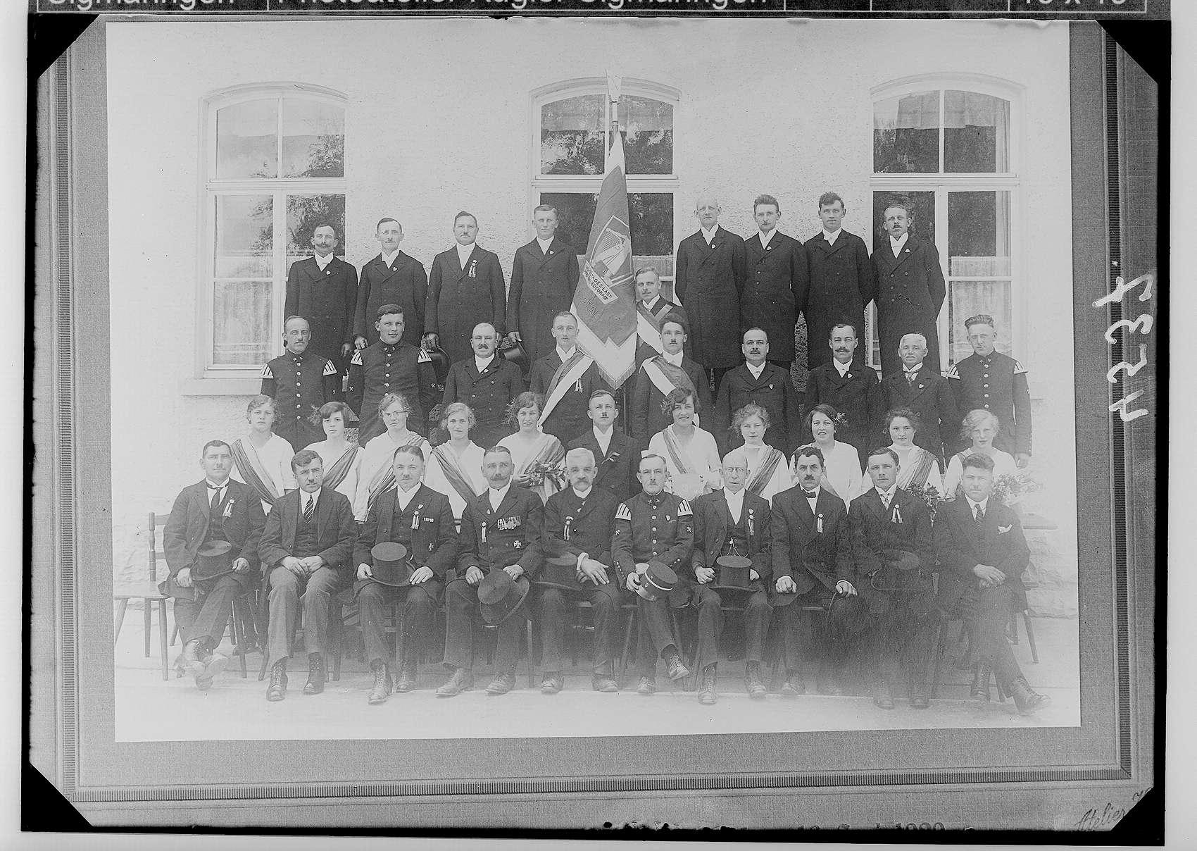"""Fahnenweihe des Männergesangvereins """"Liederkranz Laucherthal"""" am 16. Juni 1929 mit dem Vorsitzenden Richard Haas und Dirigent Johann Hinger (1. Reihe, 3. von links), Bild 1"""