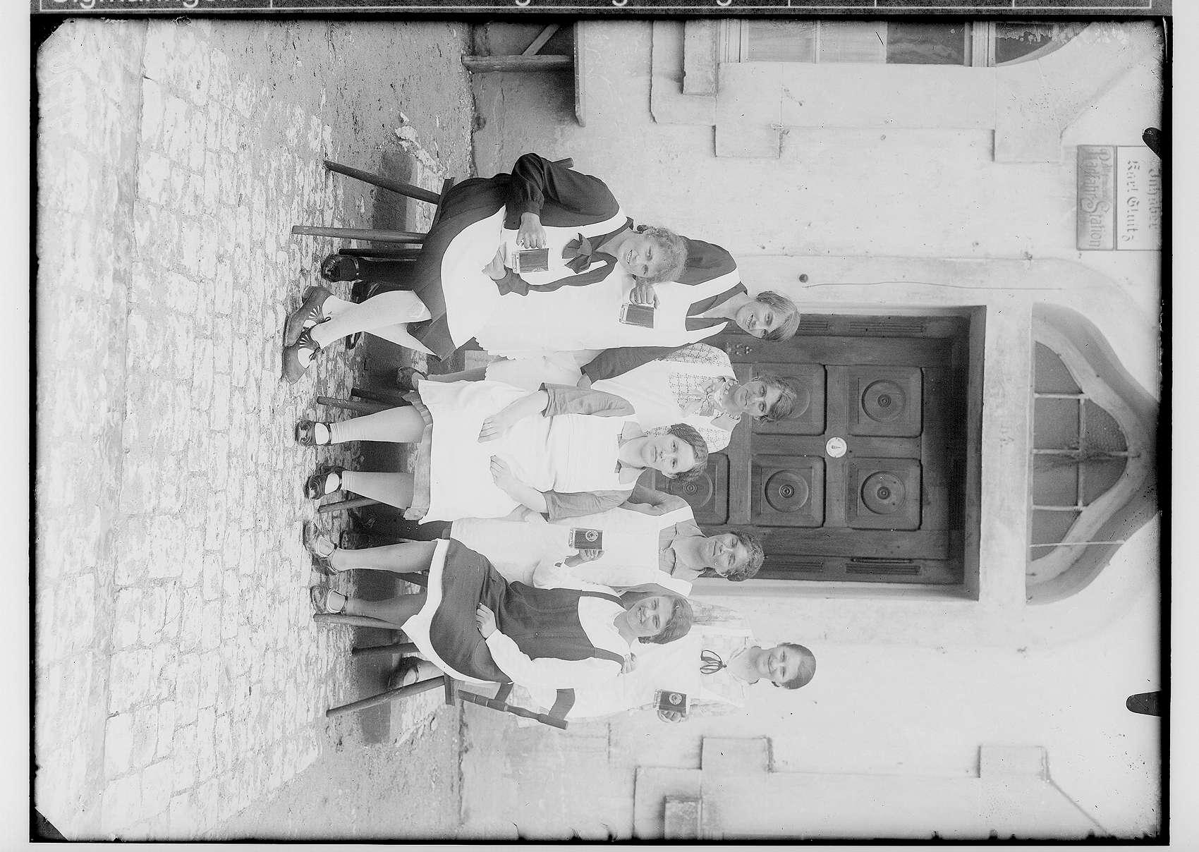 Sieben Frauen mit Sammelbüchsen für das Rote Kreuz vor dem Gasthaus Kreuz in Gammertingen, Inhaber Karl Gluitz, Bild 1